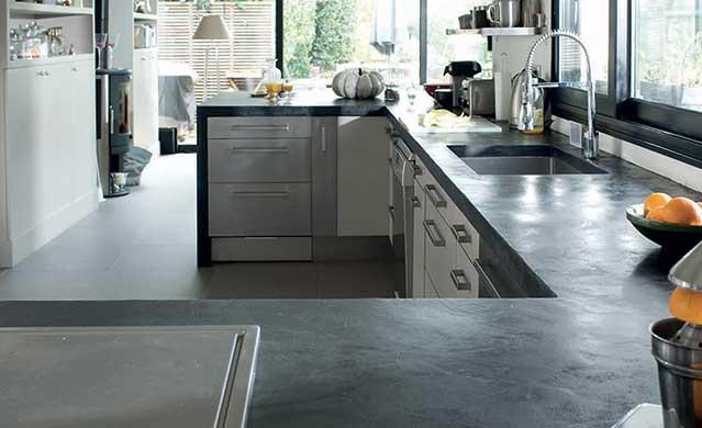 Las cocinas con acabados de microcemento serán una de las tendencias en muebles de cocina para 2020.