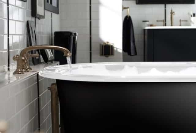 Los cuartos de baño con acabados en latón y oro son una de las tendencias en muebles de baño para 2020.