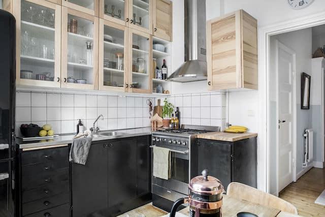 Las cocinas con vitrinas que permiten ver el interior de los muebles son una de las tendencias en muebles de cocina para 2020.